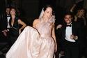 موضة فساتين زفاف وردي لصيف 2021 بأقمشة الستان