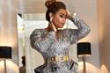 وعد تتألق بفستان رائع براق باللونين الفضي والذهبي