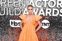 كاثرين نيوتن  بفستان باللون البرتقالي من فالنتينو