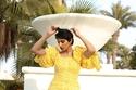 تنسيق اللون الأصفر مع الفستان