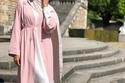 حذاء باللون الفضي مطرز مع عباية بتصميم بسيط