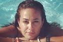هند صبري تسبح بدون مكياج تماماً وبدون تصفيف للشعر