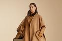 عارضة الأزياء  ترتدي معطف أنيق باللون الجملي من مجموعة ماقبل الخريف