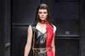فستان باللون الأسود والأحمر من الجلد