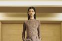 إطلالة بالون محايد مع تنورة طويلة من مجموعة Sacai ريزورت 2022