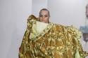 أزياء تشبة أثاث المنزل في عرض أزياء MattyBovan في أسبوع الموضة في لندن