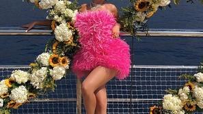 اكتشفي سعر وماركة فستان عيد ميلاد كايلي جينر الفوشيا الملفت