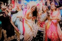 صور رقص بريانكا تشوبرا بفستان مطرز بخيوط ذهبية في ليلة زفافها الأخيرة