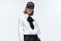 إطلالة أنيقة مع قميص أبيض وبنطلون جلد من مجموعة Karl Lagerfeld