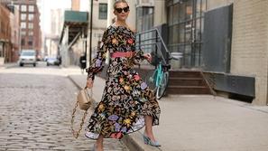 موضة الفساتين بنقشات الورود الداكنة هى الأقوى لهذا العام
