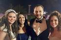هنادي وأحمد مع الحصور في حفل الزفاف