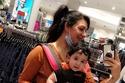 هيفاء حسين اثناء التسوق مع أبنائها