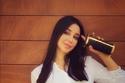 أسيل عمران ترتدي قميص أبيض وبنطال أسود