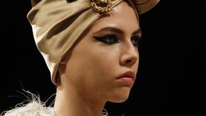 كل ما تريدين معرفته عن الأوشحة الحريرية وكيفية تنسيقها مع حجابك