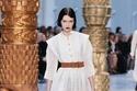 فستان أبيض قصير مع حزام ملون على الخصر