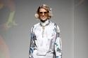 إطلالة كاملة باللون الأبيض المزخرف مع معطف ملون من مجموعة Roi Du Lac
