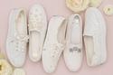 أحذية سنيكرز بيضاء مرصعة تتماشى مع العروس البسيطة