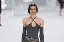 جمبسوت مع حزام السلسلة من مجموعة Chanel لربيع وصيف 2021