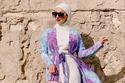 فستان أبيض مع كارديجان ملون طويل لإطلالة رمضانية عصرية