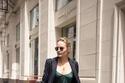 إطلالة عملية مع فستان ساتان ماكسي وسترة بليزر