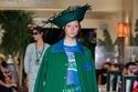 تايور باللون الأخضر من مجموعة Anna Sui ربيع وصيف 2022