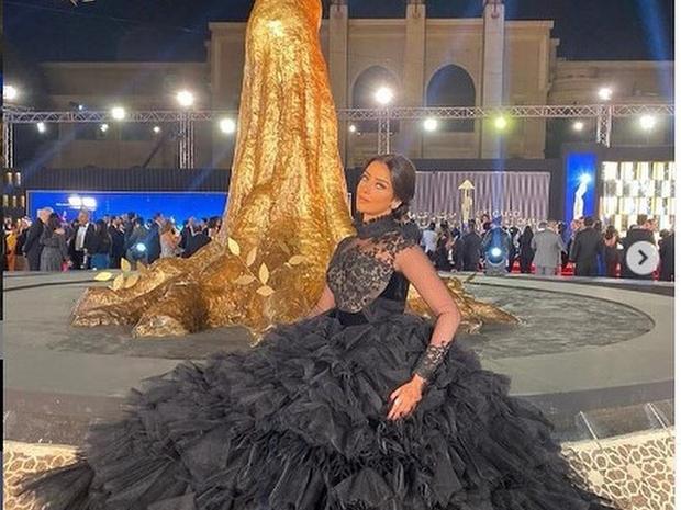 فنانات بفستان سندريلا على السجادة الحمراء في مهرجان القاهرة السينمائي