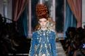إطلالة من الجيز من مجموعة أزياء moschino  لخرف وشتاء 2020