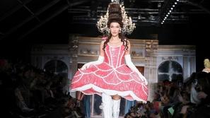 حلى الكيك في أبهى صورة في عرض أزياء Moschino في أسبوع الموضة في ميلان