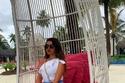 الين سليمان ببلوزة أوف شولدر مع تنورة قصيرة بلون البحر
