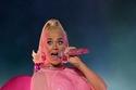 كايتي بيري بإطلالة حمل وردية لامعة وقصيرة