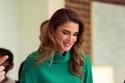 الملكة رانيا ترتدي تنورة عالية الخصر مزينة بحزام وبلوزة خضراء