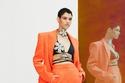 بدلة باللون البرتقالي مع صدرية مزخرفة من مجموعة David Koma  2022