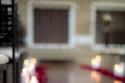 ديكور زفاف في عيد الحب باوراق ورود متناثرة