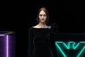 فستان من المخمل مزين بالترتر من مجموعة Emporio Armani