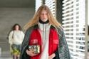 إطلالة أنيقة مع سترة ملونة بالأحمر من مجموعة Louis Vuitton لخريف 2021