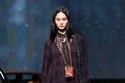 فستان حرير طويل بنقش الكاروهات من مجموعةCoach ريزورت 2022