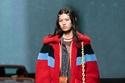 فستان حرير منقوش مع معطف فرو شيرلينغ باللون الأحمر من مجموعةCoach