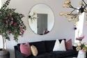 غرف معيشة مودرن باللون الوردي دعماً لمرضى سرطان الثدي