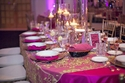 طاولة العرس رومانسية مع اضاءة ناعمة و شموع لون ليلكي و بنفسجي