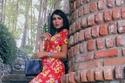 تنسيقات مودل شادن للقوام الممتلئ: فستان أحمر مطبوع بزهور ضخمة