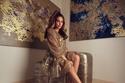 اختارت أيضاً فستاناً ذهبياً شفافاً لامعاً مبطناً من ماركة Fendi