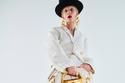 إطلالة باللون الأبيض مزينة بأقفال ذهبية من مجموعة Schiaparelli