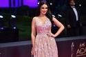 درة بفستان بنقوش معدنية في حفل جوائز السينما العربية