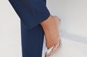 موضة الأحذية الشفافة مع البدلة الرسمية