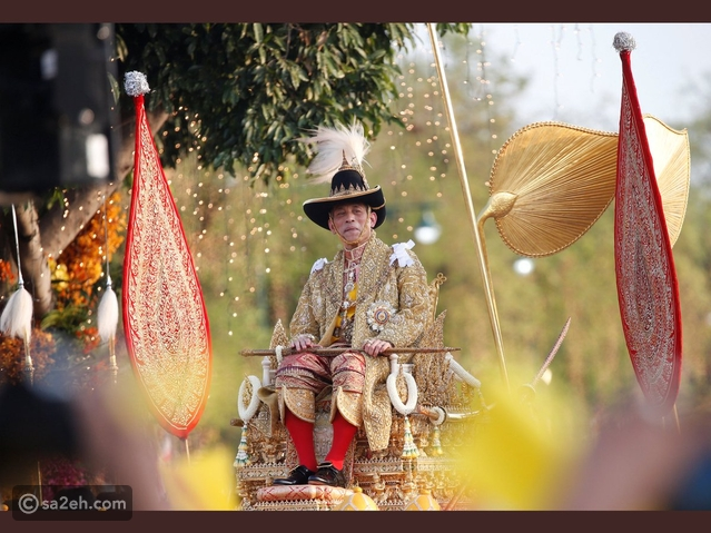 مغرم بكلبه ويرسم الوشوم: لقطات من حياة ملك تايلاند غريب الأطوار