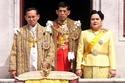 الملك ماها فاجيرالونغكورن برفقة والده الراحل ووالدته