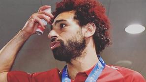 صور محمد صلاح يصبغ شعره للأحمر بعد نهائي أوروبا.. وابنته تخطف الأنظار