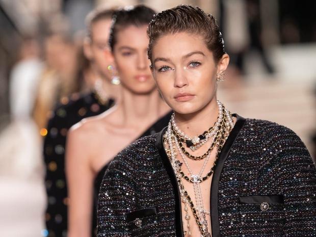شانيل تعرض مجموعة أزياء Pre-Fall بتشكيلة مستوحاة من أفلام جيمس بوند