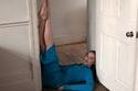 فيبي دينيفور بفستان أزرق محبوك من مجموعة Self-Portrait لخريف 2021