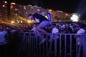 صور من قفز الشباب للدخول لحفل محمد رمضان